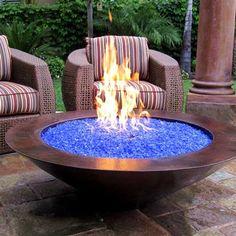 Blue Pits DIY fire pit designs ideas - Do you want to know how to build a DIY outdoor fire pit plans to warm your autumn and make s'mores? Find inspiring design ideas in this article. Diy Fire Pit, Fire Pit Backyard, Backyard Fireplace, Diy Propane Fire Pit, Desert Backyard, Fire Pit For Deck, Gas Outdoor Fire Pit, Fireplace Glass, Piscina Intex