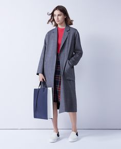 #26 COAT / ¥41,040 / MACPHEE KNIT / ¥12,960 / MACPHEE SKIRT / ¥31,320 / TOMORROWLAND collection BAG / ¥81,000 / PB0110 SHOES / ¥39,960 / PELLICO SUNNY