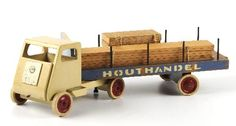 Houttruck | Collectie Gelderland Diy Projects Engineering, Diy Craft Projects, Wood Projects, Projects To Try, Diy Crafts, Antique Toys, Vintage Toys, Wooden Toy Trucks, Wood Toys