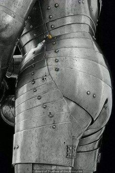 Another view - nice shinny butt LOL Armadura Medieval, Medieval Armor, Medieval Fantasy, Battle Dress, Combat Armor, Apocalypse, Armor Clothing, Viking Sword, Future Soldier