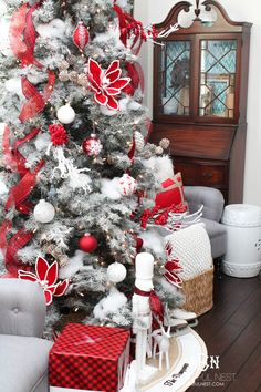 Classic Red and White Christmas Tree Decorating Ideas A gorgeous red and white Christmas tree with lots of holiday decorating tips from this interior designer. Love these Christmas tree decorating ideas! White Xmas Tree, White Christmas Tree Decorations, Christmas Mantels, Pink Christmas, All Things Christmas, Christmas Home, Christmas Trees, Christmas Villages, Victorian Christmas