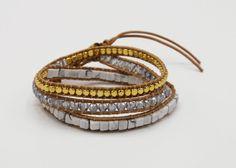 Die im beliebten Marmor-Look gehaltenen Steinchen ergänzen diese Gold/Silber Kombination perfekt. Das Wickelarmband besteht aus echtem Leder und ist in der Grösse variabel. Es passt wunderbar zu jedem sportlich-eleganten Outfit. Gold Silber, Elegantes Outfit, Boho, Indian, Bracelets, Leather, Jewelry, Style, Marble