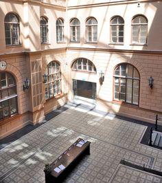 VIA Platte 51055 im Patio der Riga Bourse