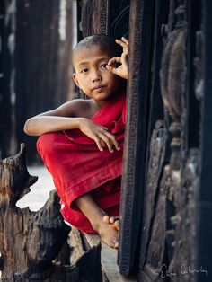 The Novice by Elias Costopoulos on Kids Around The World, We Are The World, People Around The World, Buddha Buddhism, Buddhist Monk, Little Buddha, Tribal People, Cool Photos, Cool Pictures