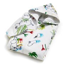 Finlaysons Moomin bathrobe for kids comes with a variety of Moomin motifs that is perfect for children aged between 3-4 years or 5-6 years. The bathrobe is very soft and becomes very cozy after a bath in the tub or the sea. Combine with other bath linen from Finlayson!