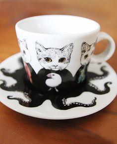 石川県の伝統工芸・九谷焼(くたにやき)のティーカップ&ソーサーです。 カラー部分は九谷焼の特徴である、凹凸感のある盛り絵具で表現されています。 カップのねこ達とソーサーのタコの絵が一体化したデザイン。型おこしからこだわって制作したGUSTAVEの自信作です★・・・電子レンジ・食器洗い機OK・・・・・・MADE IN JAPAN・・・【素材】pottery
