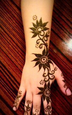 Do you love Mehndi Designs but find them too complex and cumbersome. Don't worry, here are 28 Simple Mehndi Designs to try in 2019 that are not only beautiful and unique but are also very easy to do. Mehndi Designs For Kids, Indian Mehndi Designs, Mehndi Designs For Beginners, Mehndi Design Images, Beautiful Mehndi Design, Latest Mehndi Designs, Simple Mehndi Designs, Bridal Mehndi Designs, Henna Designs