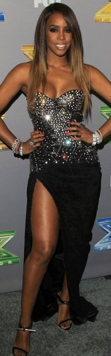 Who made Kelly Rowland's sweetheart black gown and sandals?