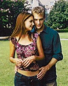 """James Van Der Beek and Katie Holmes portray the characters of Dawson Leery and Joey Potter repectively in the tv show """"Dawson's Creek"""". Joey Dawson's Creek, Dawson Creek, Dawsons Creek Pacey, James Van Der Beek, Saga, Kevin Williamson, Joey Potter, Teenage Drama, American Teen"""