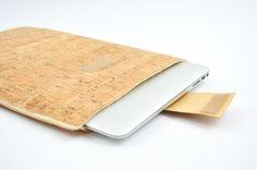 Eine Schritt-für-Schritt-Anleitung für eine selbst genähte Laptophülle aus Kork.