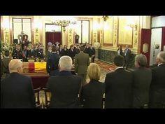 SS.MM. los Reyes rinden homenaje al presidente Suárez en la capilla ardi...