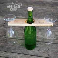 DIY Wine Glass Holder from Reclaimed wood and Wine Bottle (Bottle Gift Ideas) Wine Bottle Glass Holder, Glass Holders, Mason Jar Wine Glass, Wine Holders, Bottle Bottle, Glass Rack, Bottle Carrier, Wine Craft, Wine Bottle Crafts