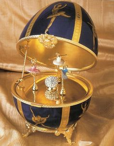 Imperial Ballet Russe Musical Egg~ What a treasure for a ballerina or dancer in… Tsar Nicolas Ii, Fabrege Eggs, Antique Music Box, Music Box Ballerina, Ballet Russe, Alexandra Feodorovna, Egg Art, Easter Celebration, Egg Decorating