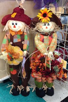 Talented Michaels Designers Scarecrow couple -Kim T. Fall Crafts, Holiday Crafts, Diy And Crafts, Holiday Decor, Fall Halloween, Halloween Crafts, Halloween Decorations, Scarecrow Doll, Adornos Halloween