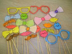 Brillen, strikken, lippen en snorren op een stokje. Leuk om foto's mee te nemen…