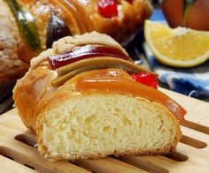 3 Kings Cake for Epiphany, Rosca de Reyes. Mexican Sweet Breads, Mexican Food Recipes, Mexican Desserts, Sweet Desserts, Sweet Recipes, Festive Bread, Bread Shaping, Homemade Dinner Rolls, Macaroon Recipes