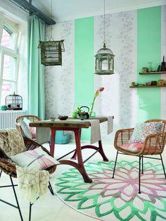 Mustermix: Bleibst du in einer Farbwelt, lassen sich Streifen, Blümchen und Ornamente locker miteinander kombinieren. (Foto: Esprit Home) #wohnen #esprit #home #inspiration #zuhause #livingroom #wohnzimmer #deko