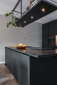 ♣ Mat Zwarte Keuken Een mat zwarte keuken met zwart keukenblad. Een strakke verschijning in dit moderne appartement. Laat u inspireren door deze smaakvolle mat zwarte keuken  #zwart #zwarte #keuken #keukens #keukenspeciaalzaak #keukenzaak #keukenstudio #smartdesign #smartdesignkeukenstudio #maassluis #rotterdam #keukeneiland #kookeiland #rechtekeuken #keukeninspiratie #keukenidee #inspiratie #interieur #industrieel #industrielekeuken Grey Kitchens, Cool Kitchens, Kitchen Interior, Kitchen Decor, Simple Kitchen Design, Rustic Kitchen Island, Kitchen Tops, Kitchen On A Budget, Küchen Design