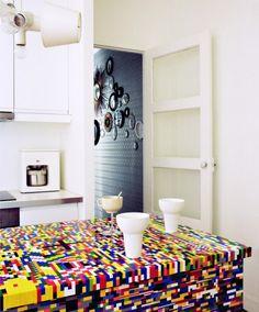 O duo de designers parisienses, Simon Pillard e Philippe Rosetti, montou um balcão de cozinha com mais de 20.000 peças de Lego.
