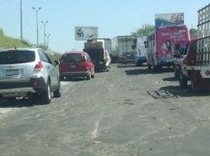 Por la Calzada Lázaro Cárdenas en la zona de El Álamo, el asfalto se encuentra en pésimas condiciones, lo que provoca serios congestionamientos a toda hora del día. Foto del reportero ciudadano Agustín López.