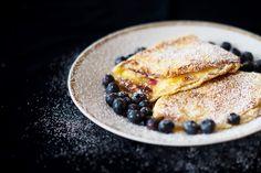 karamellisierte pfannkuchen mit blaubeer-quark-füllung (berlinerkueche.blogspot.de)