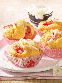 Für diese köstlichen Frühlingsmuffings wird ein einfacher Rührteig wird mit weißer Schokolade und Rhabarberstücken gepimpt.