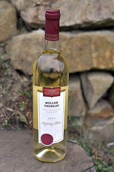 Bílé víno - Müller Thurgau Pozdní sběr - Vinum Moravicum a.s. Drinks, Bottle, Drinking, Beverages, Flask, Drink, Jars, Beverage
