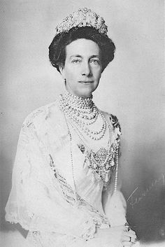 Queen Victoria of Sweden wearing the Braganza Tiara of Amelie of Brazil. She was daughter of Princess Louise of Prussia and Frederick I Grand Duke of Baden. Her husband was Gustav V. of Sweden Crown Princess Victoria, Queen Victoria, Princesa Victoria, Queen Of Sweden, Princess Louise, Royal Monarchy, Conservative Fashion, Swedish Royalty, Royal Tiaras