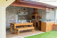 edicula gourmet com vidro e mesa de madeira