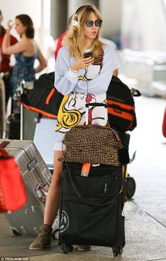 SPOTTED: Suki Waterhouse chats at LAX with her #FRENDS Taylor #Headphones in Gold :) Shop the style: wearefrends.com