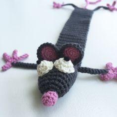 Hæklet rotte bogmærke Free Crochet, Crochet Necklace, Pattern, Diy, Jewelry, Crocheting Patterns, Amigurumi, Creative, Jewlery