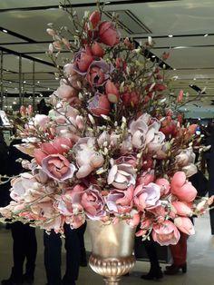 Magnolias for ever - Paris côté jardin Galerie Lafayette Paris, Galeries Lafayette, Faux Flower Arrangements, Table Arrangements, Indoor Flowers, Faux Flowers, Floral Wedding, Christmas Wreaths, Floral Design