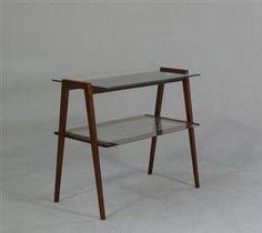 Beistelltisch Teak. Teakholzkonstruktion mit zwei lose aufliegenden Glasscheiben und Geflecht. H. 56 cm, T. 40 cm, B. 62 cm. Vurd. 750 kr.