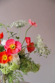 Ben loves queen anne's lace, table inspiration Ikebana, Fresh Flowers, Beautiful Flowers, Bouquet Champetre, Poppy Bouquet, Red Poppies, Floral Arrangements, Flower Arrangement, Planting Flowers