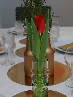 DIY- Kultaa, vihreää ja punaista kattauksessa - Humua -kaikkien juhlien ideapankki Glass Vase, Table Settings, Diy, Home Decor, Decoration Home, Bricolage, Room Decor, Place Settings, Do It Yourself