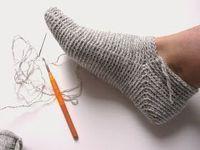 Så har jeg endelig fået lavet en grundopskrift på mine hæklede sokker. De er hæklet i fastmasker, så de er meget nemme at lave, og k... Knitting Socks, Hand Knitting, Knitting Patterns, Crochet Patterns, Knitted Slippers, Crochet Slippers, Crochet Projects, Sewing Projects, Wrist Warmers