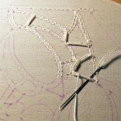 Como fazer o bordado richeliu: primeiro alinhava-se o trabalho para preencher com os pontos que serão usados para bordar...no exemplo acim...