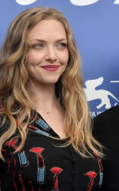 """Amanda Seyfried Photos Photos: 'First Reformed' Photocall - Venice Film Festival - Amanda Seyfried Photos – Actress Amanda Seyfried attends the photocall of the movie """"First Refo - Amanda Seyfried Hair, Amanda Seyfried Photos, Amanda Seifried, Venice Film Festival, Jenifer Lawrence, 1920s Hair, Most Beautiful Faces, Gorgeous Women, Mean Girls"""