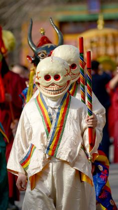 Tibetan skull masks are used by monks in Tibet to perform rituals to honor the spirits of the Himalayan mountains. In the picture the monk is wearing a mask of Citipati, one of the manifestations of Mahakala. Tibetan Art, Tibetan Buddhism, Buddhist Art, Character Inspiration, Character Art, Character Design, Arte Peculiar, Arte Tribal, Skull Mask