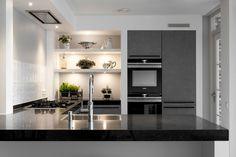 Moderne grijze U-keuken - klantervaring - Middelkoop Keukens - Schmidt - Silestone - Siemens - Wave - Quooker