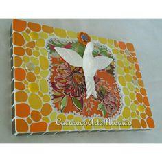 Divino em mosaico: gemas e pastilhas de vidro, azulejos, gesso, aplique cerâmico, cianinha, chita e flor de crochê. 32 x 22.