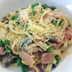 This healthy recipe proves that Creamy Carbonara Pasta doesn't need to be off the menu when you are trying to lose weight. Healthy Mummy Recipes, Healthy Dinner Recipes, Beef Recipes, Cooking Recipes, Easy Carbonara Recipe, Pasta Carbonara, Healthy Low Calorie Meals, Healthy Eating, Healthy Foods