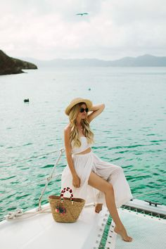 Perfect vacation style - all white, straw hat, cute tote and no shoes. Click to see my sail boat adventures in the BVI