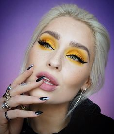I absolutely love this eyeshadow and lip combo!🙌🏼🙌🏼 would you ever wear yellow eyeshadow? Yellow Eye Makeup, Bright Eye Makeup, Dark Eye Makeup, Bright Eyeshadow, Nyx Makeup, Colorful Eye Makeup, Makeup For Brown Eyes, Eyeshadow Looks, Beauty Makeup