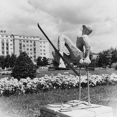 Skwer z rzeźbami i klombami kwiatowymi, w tle blok mieszkalny przy Al. Róż, lata 60., fot. H. Hermanowicz