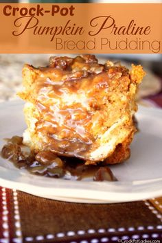 Crock-Pot Pumpkin Praline Bread Pudding Recipe - Warm pumpkin spiced bread pudding is made easy in the slow cooker. Drizzle it when it is done with a gooey pecan laced praline sauce for an amazing des (Baking Bread In Crockpot) Crock Pot Desserts, Fall Desserts, Just Desserts, Health Desserts, Crock Pot Brot, Crock Pot Slow Cooker, Crock Pots, Mole, Pudding Desserts