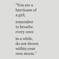 Trauriges Zitat in Schwarz Weiß: Hurricane Mädchen.