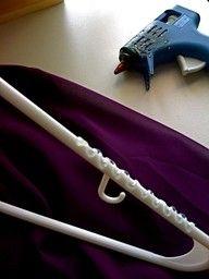 pour empecher les  larges tops cou et soyeux de tomber hors juste sortir votre pistolet à colle et de faire un motif en zigzag sur le haut des cintres où les vêtements seraient normalement accrocher.