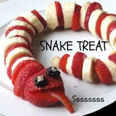 Serve up a scary Halloween Sweet Snake simply by slicing bananas and strawberries. You can use any fruit Serve up a scary Halloween Sweet Snake simply by slicing bananas and strawberries. You can use any fruit you want! Cute Food, Good Food, Yummy Food, Tasty, Toddler Meals, Kids Meals, Kids Fun Foods, Cute Kids Snacks, Baby Snacks