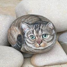 Tommasina, pietra di mare di 9cm #catlover #catlove #cat #catportrait #gatti #gattiritratti #pets #petportrait #rockpainting #rockart #stoneart #gift #aledeco #handmadegifts #handpaint #handmade #artoninstagram #art #ritratto #ritrattista